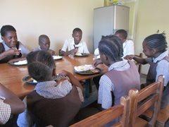 Eine SOS-Familie isst zusammen nach der Schule. (Foto: SOS-Archiv)