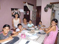 Eine SOS-Familie lernt zusammen (Foto: I.Vasquez)