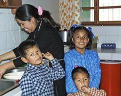 Eine SOS-Familie kocht zuhause das Abendessen (Foto: F. Espinoza)