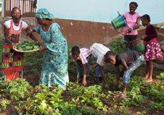 Eine SOS-Familie im Garten (Foto: SOS-Archiv).