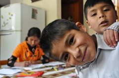 Die Kinder machen ihre Hausaufgaben zusammen.(Foto: F. Espinoza)