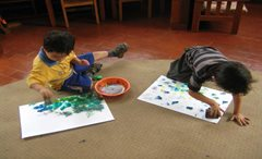 Kleinkinder sind in guten Händen, während ihre Mutter arbeitet (Foto: SOS-Archiv)