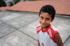 Kleiner Junge lächelt schüchtern in die Kamera  (Foto: B. Mair)