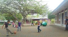 Kinder spielen zusammen Fußballspiel (Foto: SOS-Archiv).