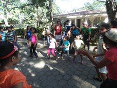 Kinder führen einen Tanz auf (Foto: SOS-Archiv).