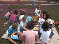 Die Kinder haben Spaß beim Lesen im Freien (Foto: SOS-Archiv)
