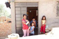 Mutter und Kinder aus unserem Familienstärkungsprogramm (Foto: P.Wittmann).