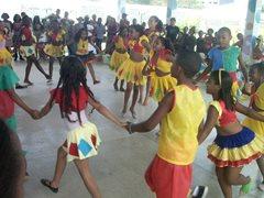 Die Kinder tanzen zusammen im SOS-Kinderdorf (Foto: SOS-Archiv)