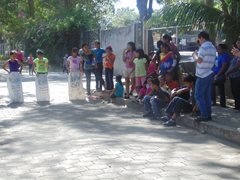 Kinder warten auf das Sackhüpfen während eines Fests im Kinderdorf.  (Foto: SOS-Archiv)