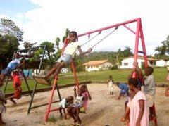 Kinder in unserer Obhut können in einer sicheren Umgebung aufwachsen - sie spielen und gehen in die Schule mit ihren Freunden (Foto: C. Ladavicius).