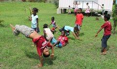 Kinder spielen mit ihren Freunden im SOS Kinderdorf Bambous (Foto: SOS-Archiv).