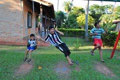Kinder mit ihren Freunden beim Spielen vor den Familienhäusern