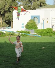 Kinder genießen das Spielen im SOS-Kinderdorf (Foto: SOS-Archiv).