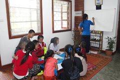 Die ältere Schwester hilft ihren Geschwistern bei den Hausaufgaben (Foto: SOS-Archiv).