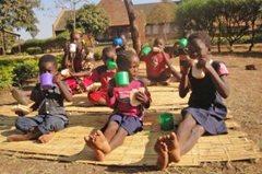 Kinder in unserer Obhut  genießen ein gesundes Frühstück im Garten  (Foto: SOS-Archiv).