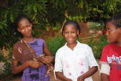 Wir versuchen sicherzustellen, dass Geschwister gemeinsam aufwachsen; Zwillingschwestern aus einer SOS-Familie (Foto: SOS-Archiv).
