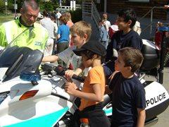 Die Polizei hat das Dorf besucht und erlaubt, dass die Kinder die Motorräder untersuchen. (Foto: SOS-Archiv)