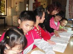 Kinder erhalten Unterstützung bei den Hausaufgaben (Foto: SOS-Archiv)