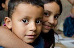 Kinder aus dem Familienstärkungsprogramm bekommen Unterstützung, sodass sie in die Schule gehen können (Foto: K. Ilievska).