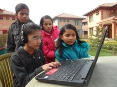 Kinder aus dem Kinderdorf lernen, wie man einen Computer bedient (Foto: SOS-Archiv)
