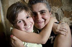 Dank der Unterstützung von SOS-Kinderdorf, kann dieses kleine Mädchen wieder bei seiner leiblichen Mutter wohnen (Foto: K. Ilievska).
