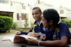 Dank SOS-Kinderdorf können die zwei jungen Männer in die Schule gehen  (Foto: SOS-Archiv)