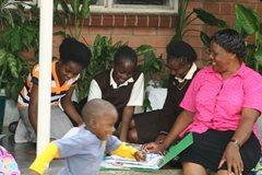 Eine SOS-Familie aus SOS-Kinderdorf Kitwe.(Foto: SOS-Archiv)