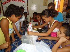 Kinder aus dem SOS-Kinderdorf backen einen Kuchen (Foto: SOS-Archiv)