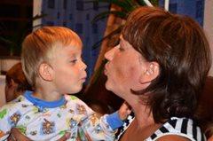 Dieser kleine Junge kann sicher in den Armen seiner SOS-Mutter aufwachsen (Foto: M. Mägi).