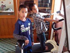 Zwei Kinder machen ihre täglichen Übungen (Foto: SOS-Archiv).