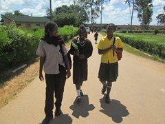Drei Mädchen in unserer Obhut kommen nach Hause (Foto: SOS-Archiv).