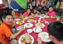 Eine SOS-Familie feiert zusammen (Foto: SOS-Archiv)