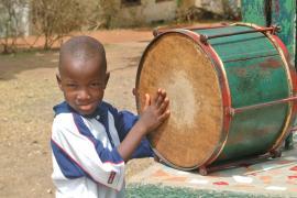 Kleiner Junge spielt die Trommel (Foto: A. Gabriel)