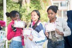 Stolz auf ihre handgefertigten Karten (Foto: SOS-Archiv)