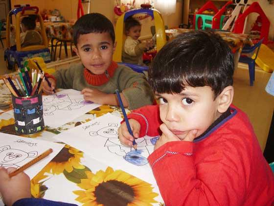 Zusammen malen wir ein Bild aus (Foto: SOS-Archiv)