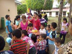 Kinder feiern zusammen im SOS-Kinderdorf Managua (Foto: SOS-Archiv).