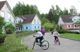 Auf ihren Fahrrädern (Foto: SOS-Archiv)