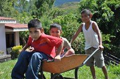 Kinder in unserer Obhut wachsen in einer SOS-Familie mit ihren Brüdern und Schwestern auf (Foto: SOS-Archiv).