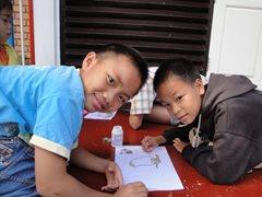 Zwei Jungen machen ihre Hausaufgaben zusammen (Foto: SOS-Archiv).