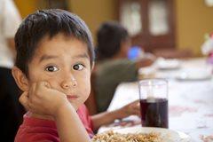 Kleiner Junge beim Mittagessen (Foto: P. Wittmann)