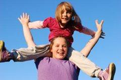 Zwei Schwestern beim Spielen (Foto: K. Ilievska).