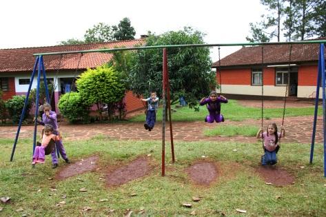 Dank SOS-Kinderdorf können Kinder Spaß mit den Schaukeln haben