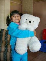Mädchen mit ihrem Lieblings-Teddy (Foto: F. Espinoza)