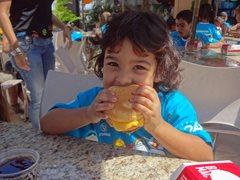 Kleines Mädchen bei der Zwischenmahlzeit (Foto: SOS-Archiv)