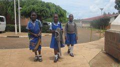 Drei Mädchen, die nach der Schule nach Hause kommen (Foto: SOS-Archiv).