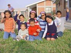 Familienfoto im SOS-Kinderdorf Callao (Foto: SOS-Archiv)