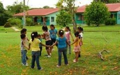 Kinder spielen im Garten (Foto:SOS-Archiv).