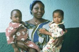 SOS-Kinderdorfmutter mit zwei Kindern (Foto: K. L. Pratt)