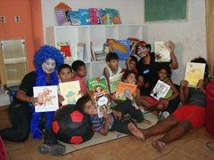 Kinder lesen zusammen im SOS-Kinderdorf (Foto: SOS-Archiv)