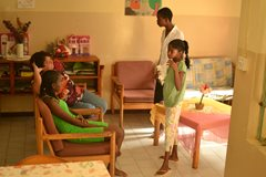 Die Kinder entspannen sich nach einem Tag in der Schule (Foto: SOS-Archiv).